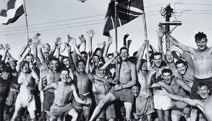 hombres en el campo de prisioneros japoneses La Armada estaba liberando