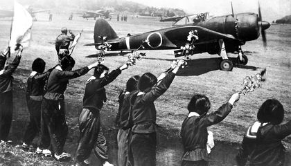 saludando a los pilotos kamikazes