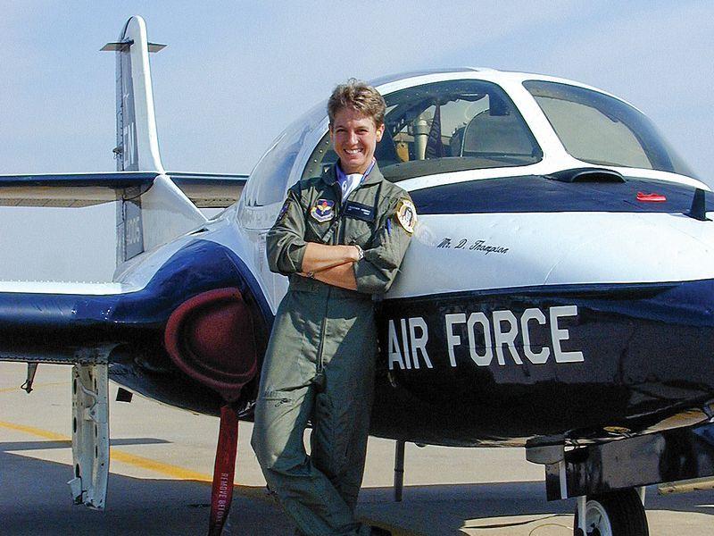 Autor delante del avión de la USAF