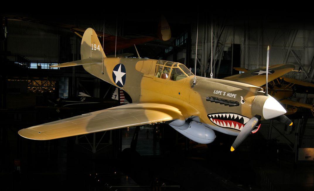 un Curtiss P-40E tiene una cara de tiburón pero no era un Flying Tiger